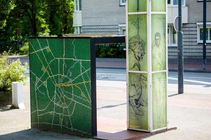 De kunstwerken in de kolom van het Gerrit Rietveld-bushokje, naast het Stadhuis. Tekeningen zijn van Bram Hermens.