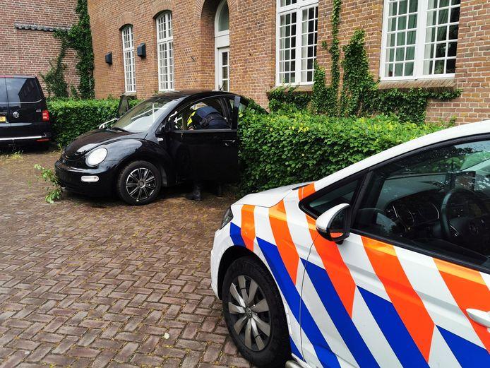 De auto ramde met de achterkant de woning in Babberich.