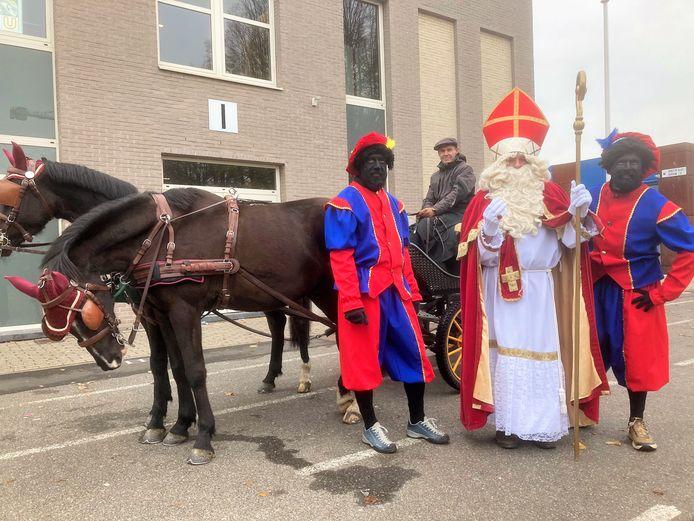 Sinterklaas en zijn pieten gaan rondtoeren met paard en koets