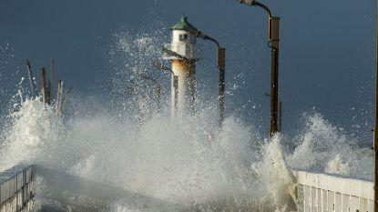 Onstuimige zee zorgt voor spectaculaire beelden