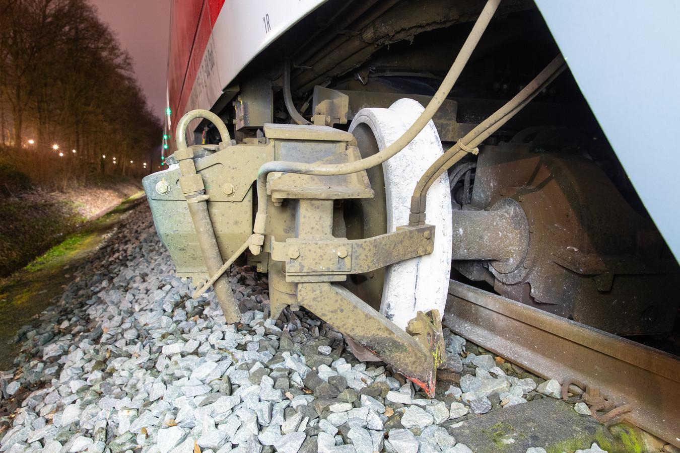 Op deze foto is goed te zien hoe de trein uit de rails is geschoten © ProRail