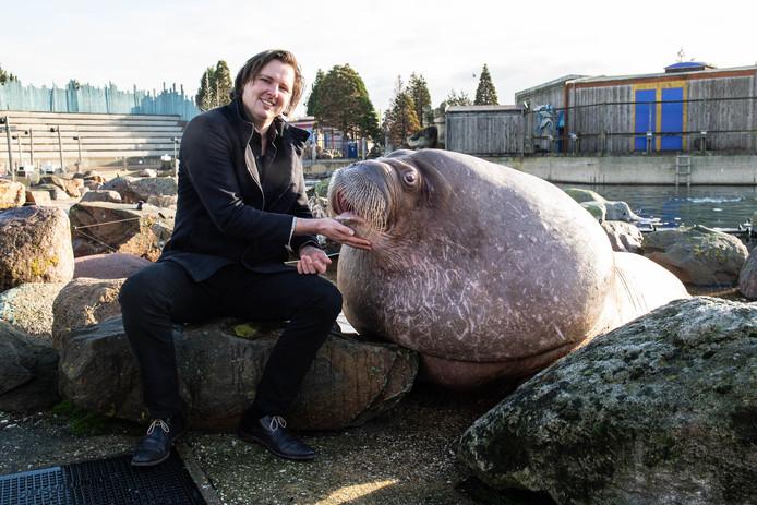 Alex Tiebot met walrus Nicolai.