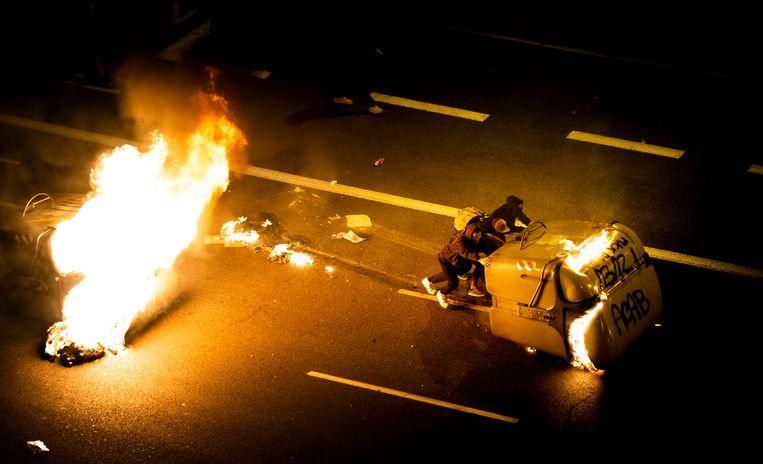 Demonstranten raken vrijdag opnieuw slaags met de politie in Barcelona op de Ronda de la Universitat.  Beeld Freek van den Bergh / de Volkskrant