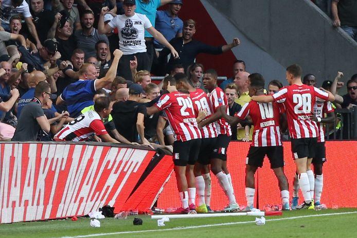 PSV-spelers die een goal vieren. Voorlopig is van voetbal helemaal geen sprake en wil de club de huidige competitie niet uitspelen.