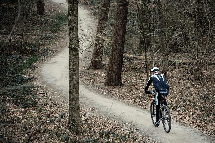 Een mountainbiker in actie in Dorst, een van de parcoursen dichtbij Tilburg.