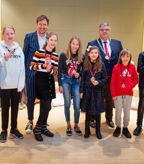 Deze acht Nijmeegse kinderen kregen vandaag een lintje: jonge helden voor het voetlicht