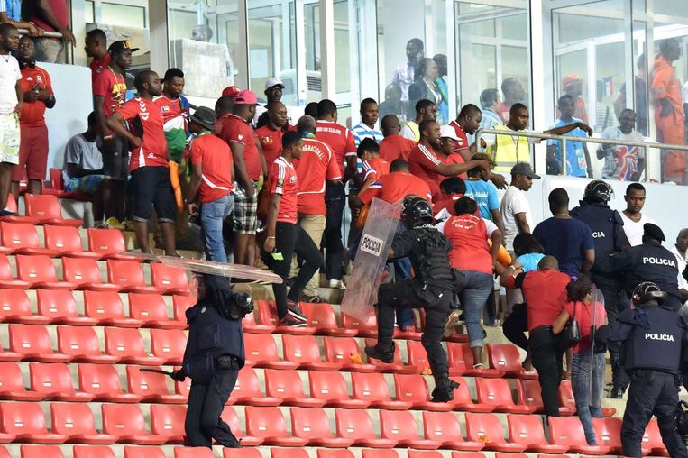 Politiemannen grijpen in na de chaos die gisteren ontstond op de tribune tijdens de halve finale van de Afrika Cup. Beeld anp