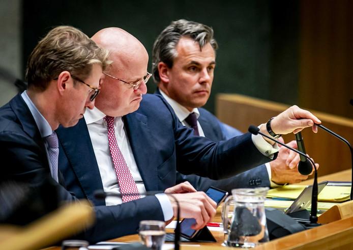VVD-staatssecretaris Mark Harbers (r) met naast zich zijn collega's van Justitie en Veiligheid, minister Sander Dekker (VVD, links) en Ferdinand Grapperhaus (CDA, midden).