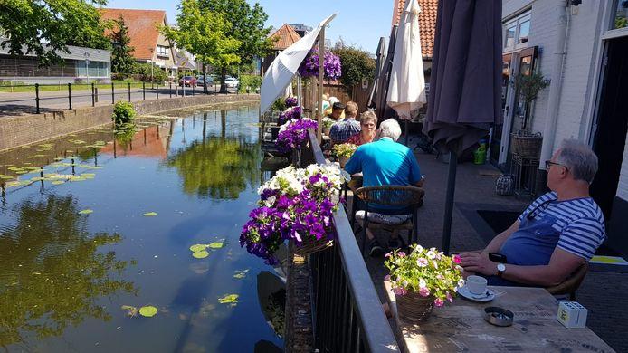 Heropening van het terras bij Grand Café De Gracht in Borculo.