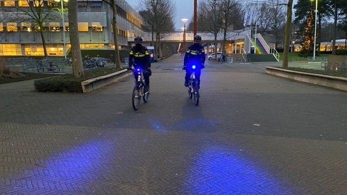 Politiebikers hoeven geen toestemming te vragen aan de meldkamer om het blauwe licht aan te mogen zetten. Ze hebben geen voorrang op ander verkeer, zoals politieauto's.