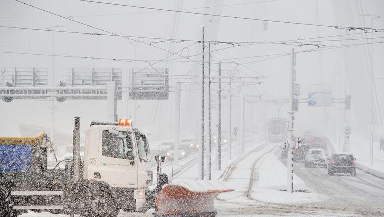 Een sneeuwschuiver in het centrum van Rotterdam. Beeld anp
