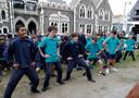 Schoolkinderen doen een haka tijdens een herdenking in Christchurch.