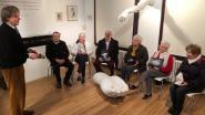 Senioren bewonderen hun eigen handen op kunstexpo