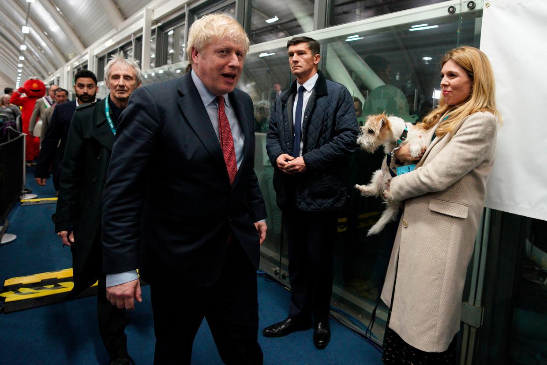 Premier Johnson arriveert op de uitslagenavond in zijn kiesdistrict. Beeld EPA