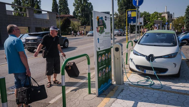 Een oplaadpunt voor elektrische auto's in Padua. Het punt is alleen voor auto's van een verhuurbedrijf. Beeld Nicola Zolin