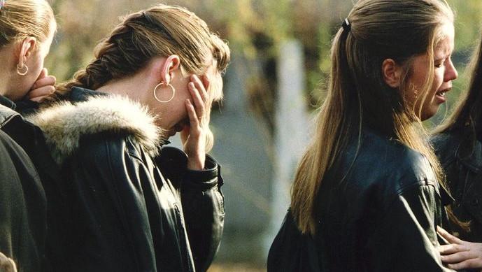 Verdriet op de begrafenis van Nicole van den Hurk in november 1995. Het 15-jarige meisje werd vermoord aangetroffen in de bossen van Lierop