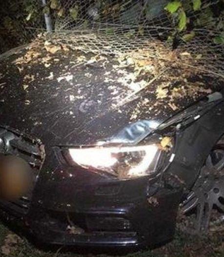 Audi klem in afrastering na politie-achtervolging met meer dan 200 km/u