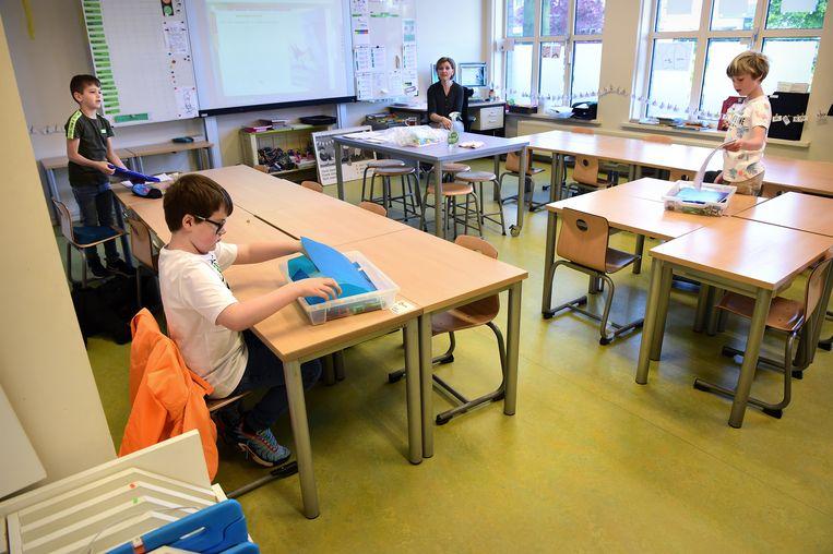 Basisscholen waar, zoals hier in Schijndel, slechts enkele kinderen per klas les krijgen, zijn een vertrouwd gezicht geworden in de coronacrisis. Vanaf 11 mei gaan de scholen weer voorzichtig open.  Beeld Marcel van den Bergh / de Volkskrant