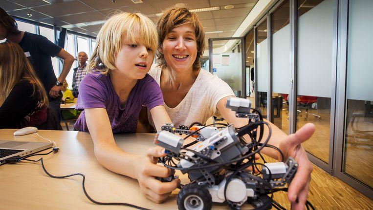 Zoon en moeder leren programmeren tijdens Weekend van de Wetenschap Beeld anp