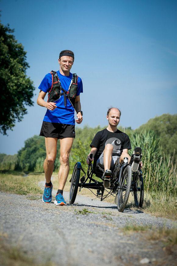 Johan tijdens een training met zoon Pieter, bij wie zes jaar geleden een hersentumor ontdekt werd.