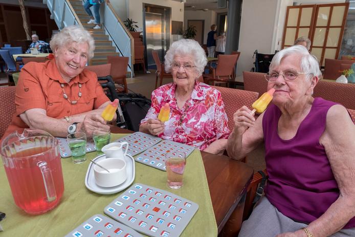 Deze dames, bewoonsters van zorgcentrum Maldenburch in Malden, kregen tijdens de warme dagen in juli een heerlijk ijsje ter verkoeling.