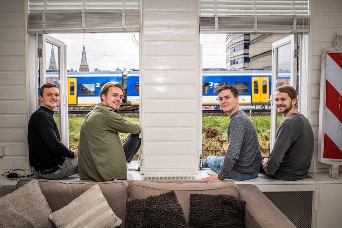 Studenten in Arnhem, woonachtig tegenover het spoor.