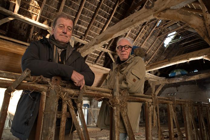 Pieter Parmentier (l) en Jan van Sandwijk in een leegstaande boerderij van de provincie Overijssel in Middel, gemeente Olst-Wijhe. Met het project Erfdelen willen ze verpaupering van het platteland voorkomen en woningzoekers een duurzaam en sociaal huis bieden op een boerenerf.