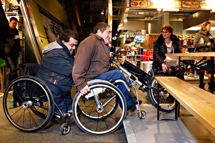 Het valt voor rolstoelers niet altijd mee om een horecagelegenheid te betreden.