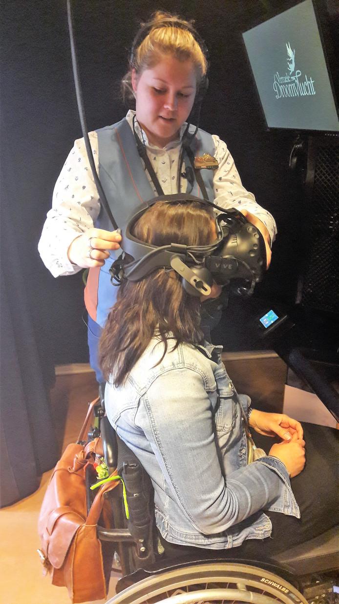 Gerdy Zijlmans heeft de VR-bril al op en krijgt de laatste uitleg voor haar eerste Droomvlucht.