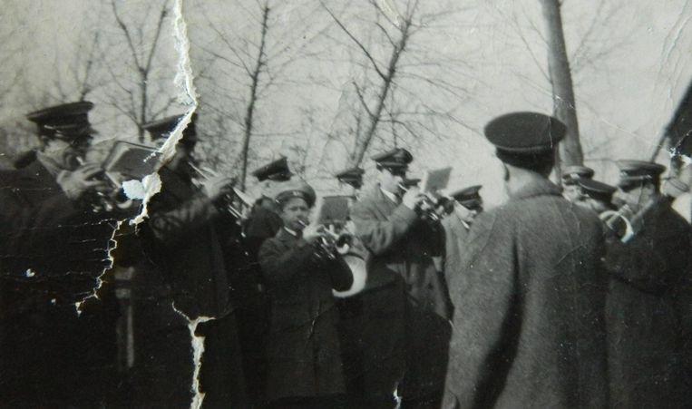 De jongen in het midden is de piepjonge Robert Raeman in 1958. De enige foto die hij zelf uit die tijd nog heeft.