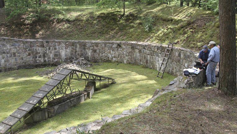 De kuil in het woud waar de Joodse gevangenen werden gehouden, en waar ze de tunnel groeven. Beeld ap