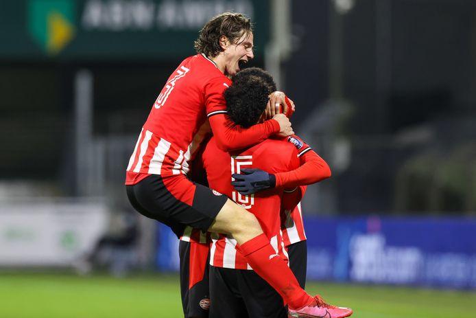 Jong PSV viert de goal van Nigel Thomas, die met een vrije trap in Dordrecht voor de 1-3 zorgde.