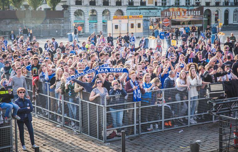 Overgebleven fans op het Sint-Pietersplein