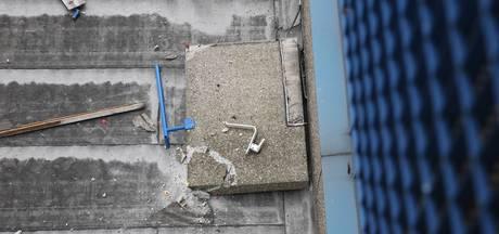 VIDEO: Betonnen leuning valt van balkon in Roosendaal: omgeving flat afgezet