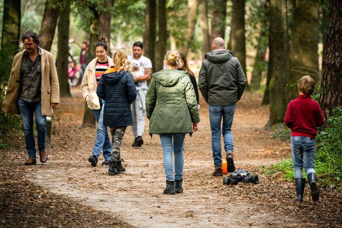 Dagjesmensen wandelen in natuurgebied de Loonse en Drunense Duinen. De combinatie van herfstvakantie, prima weer, mooie herfstbossen en de nieuwe coronamaatregelen drijft mensen massaal de natuur in.