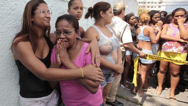 Ongeruste moeders verzamelen voor de school waar de dodelijke schietpartij plaatsvond.