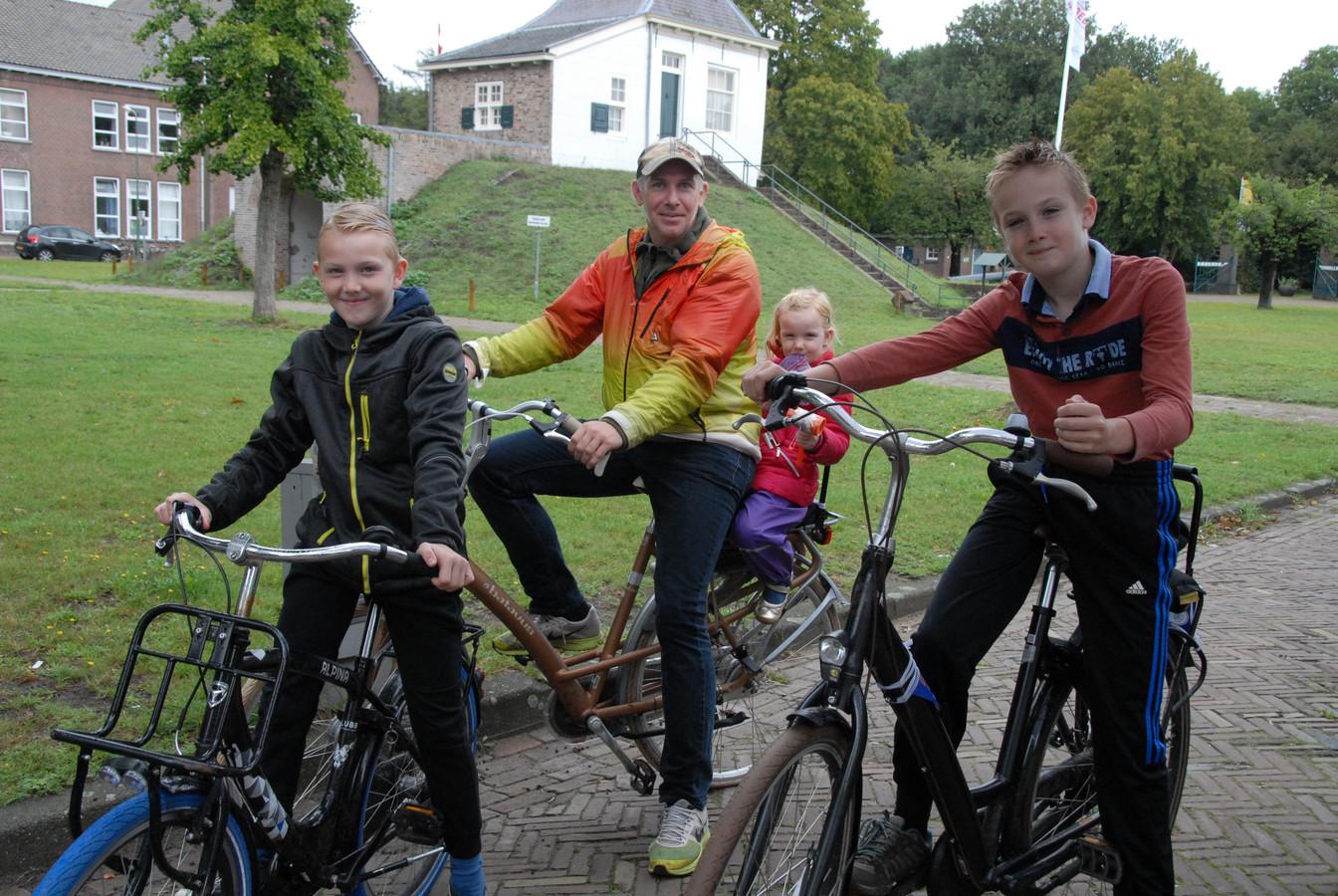 De familie De Laat heeft zich na een intermezzo bij Fort Isabella weer helemaal opgeladen voor het vervolg van de fietstocht.