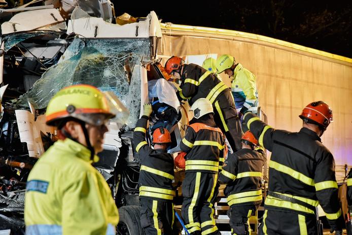 De vrachtwagen bij het eerste ongeluk op de A58. De chauffeur zat bijna een uur lang bekneld in de cabine.