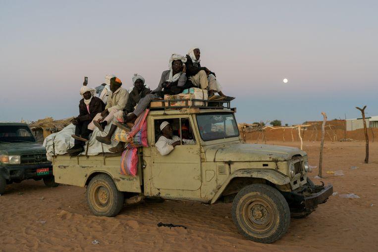 Reizigers en handelaren maken zich op voor een reis door de nacht vanuit Zurrug in Noord Darfur.  Beeld Klaas van Dijken