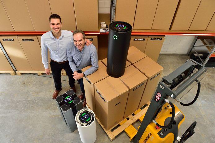 Jamie Blankert heeft de Airexchanger ontwikkeld die (corona)virusdeeltjes in de lucht onschadelijk maakt. Zijn vader Ed helpt hem met zijn bedrijf.