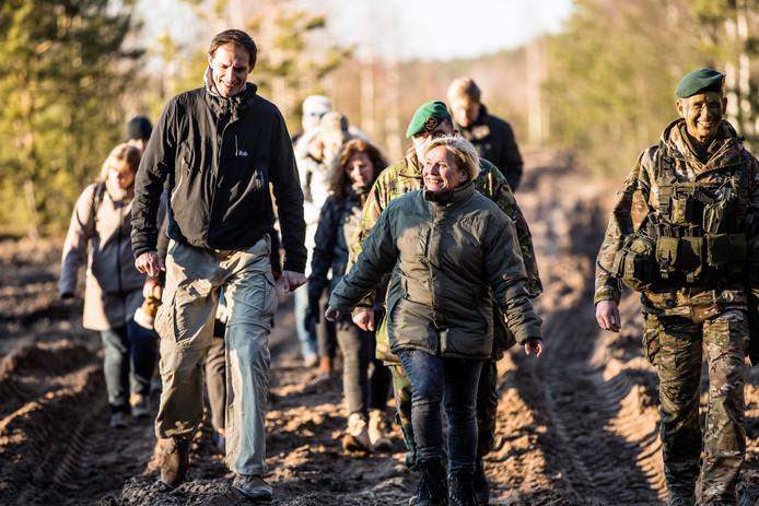 Minister Bijleveld-Schouten en minister Hoekstra tijdens het tweedaags bezoek aan de Nederlandse militairen in Litouwen