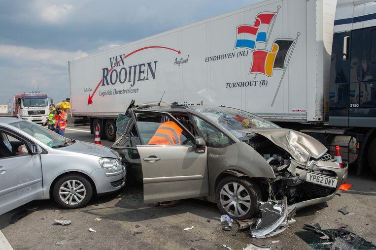 Bij de crash raakten de auto's zwaar beschadigd.