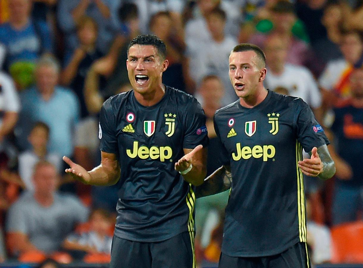 Cristiano Ronaldo begrijpt niets van de rode kaart.