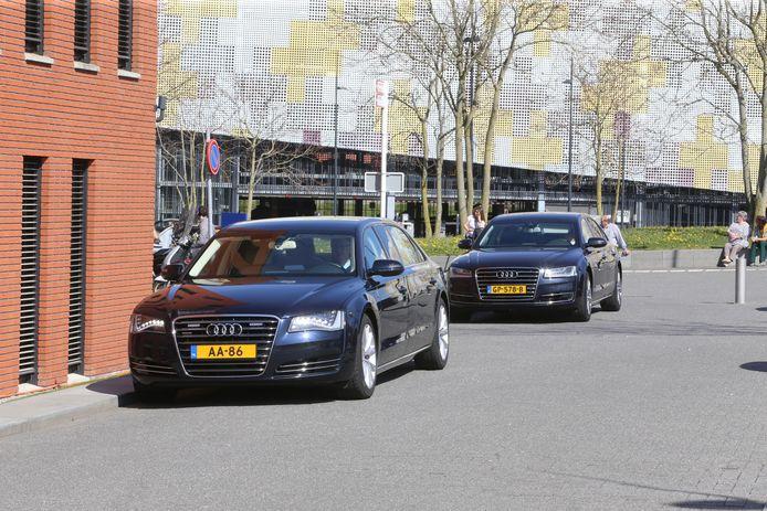 Willem-Alexander brengt een bezoek aan de corona-afdeling van het Jeroen Bosch Ziekenhuis in Den Bosch.