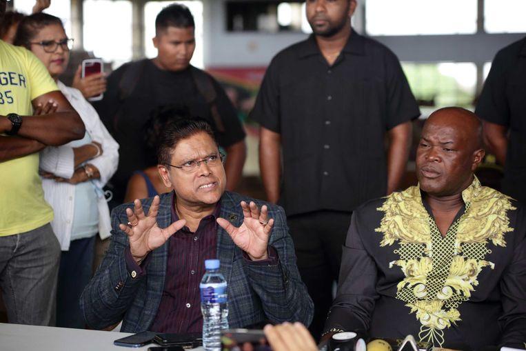 Chan Santokhi, oppositieleider van de VHP, en Ronnie Brunswijk, voorzitter van de ABOP, maken zich zorgen over het verloop van het tellen van de stemmen van de parlementsverkiezingen.  Beeld ANP