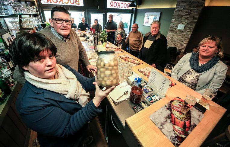In café De Groene Kikker openden klanten en vrienden een laatste bokaal van de beroemde ingelegde ajuinen van Robert 'Berre' Dupont.