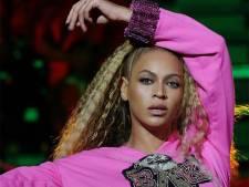 Beyoncé gaat met zus Solange keihard onderuit op podium Coachella