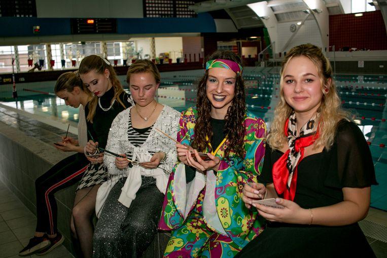 Jongeren van Portus Berkenboom, ook al in 100 dagen-sfeer, schilderen aquarellen in het zwembad.