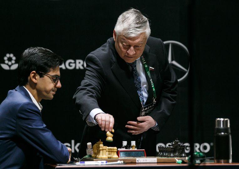 Anish Giri met grootmeester en voormalig wereldkampioen Anatoli Karpov vorige week bij het toernooi in Rusland. Beeld Alexei Kolchin/TASS