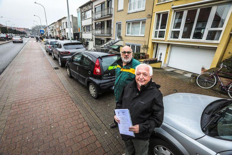 Buurtbewoners Regie Den Haese en Alfred-Luc Aspeslagh zijn de hinder door foutgeparkeerde wagens beu.